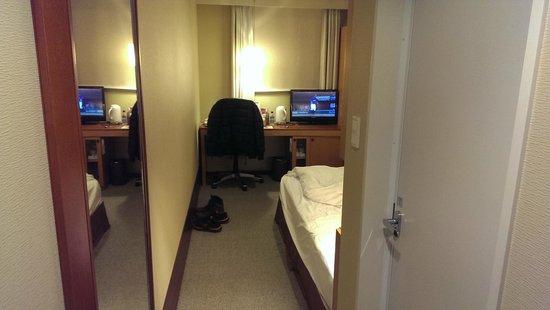 Hotel Sunroute Higashi Shinjuku : 從房間門看進去的感覺。