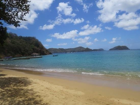 Blue Waters Inn: Shallow but clean beach with plenty of room looking at Little Tobago