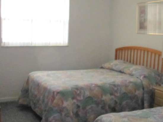 Great Heron Inn: Double bed & single bed, dresser, and large closet space