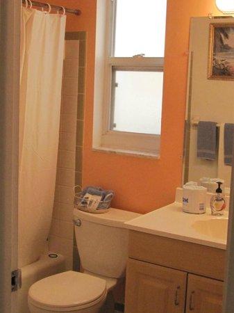 Great Heron Inn: Clean bathroom
