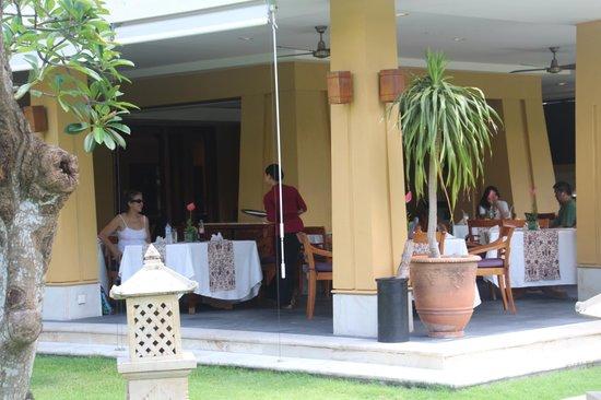 Nusa Dua Beach Hotel & Spa: Palace eating area.