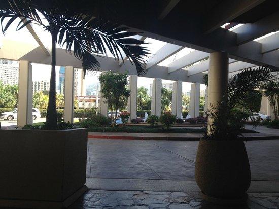 Hale Koa Hotel: front from inside lobby