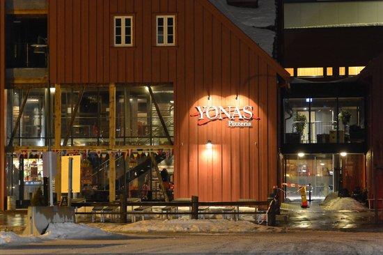 Radisson Blu Hotel, Tromso: Pizza right next door