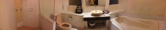 Benoa Beach Front Villas & Spa: Ocean suite bathroom
