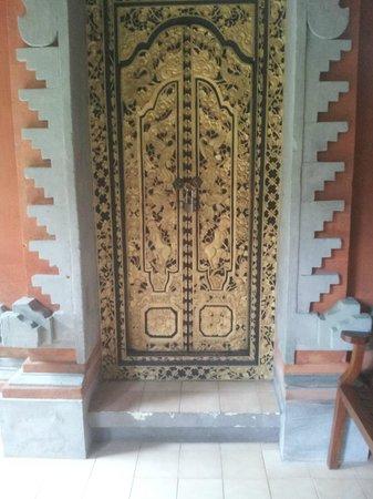 Benoa Beach Front Villas & Spa: Beautiful carved door to the Ocean Suite