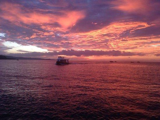 Tasik Ria Resort Manado : Sunset at the jetty bar Tasik Ria