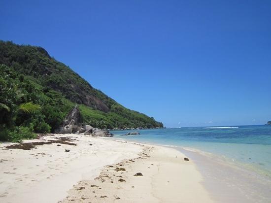 Beachcomber Seychelles Sainte Anne Close for Renovation: Strand am Hotel