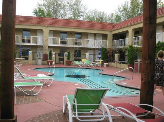 Days Inn Memphis at Graceland: The guitar pool area.