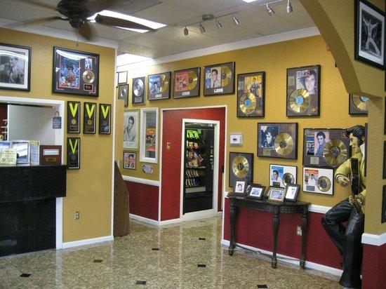 Days Inn Memphis at Graceland: The Days Inn Graceland lobby