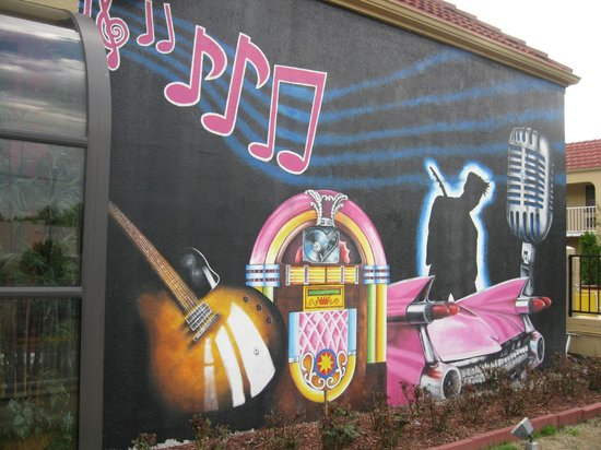Days Inn Memphis at Graceland: A rock and roll mural on the side of the hotel.