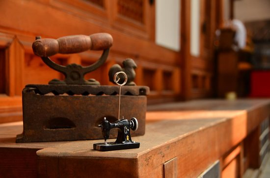 Bukchon Guest House: the antique iron with the miniature sewing machine that I found in the guesthouse