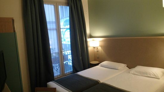 Hotel Corona Opera: ツインルーム,部屋の大部分をベッドが占拠