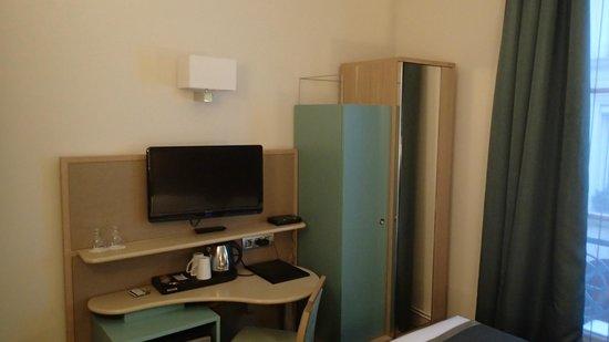 Hotel Corona Opera: ベッドに腰掛けて机に向かうことになる(椅子もあるが邪魔なだけ)