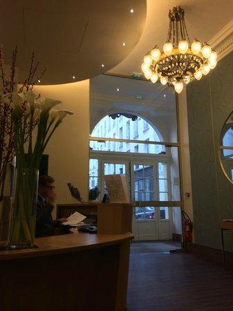 Hotel Corona Opera: フロント
