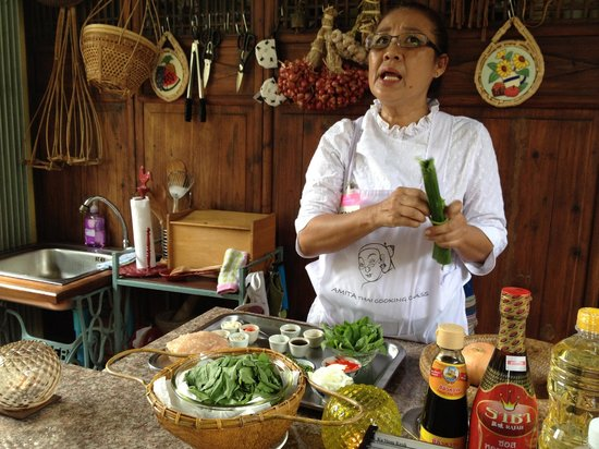 Amita Thai Cooking Class: The awesome Tam in action...