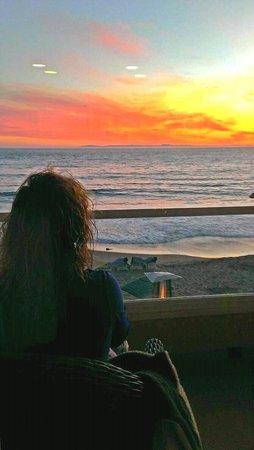 Pacific Edge on Laguna Beach, a Joie de Vivre Hotel: enjoying the sun set on the porch