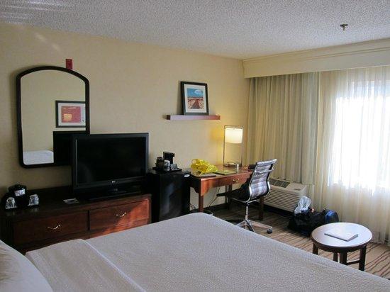 Courtyard Seattle North/Lynnwood Everett: Room - TV and Desk