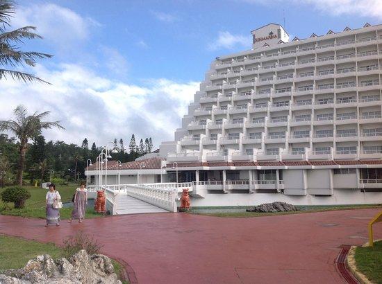 Sheraton Okinawa Sunmarina Resort: ビーチ プール側からの