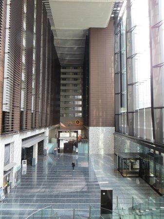 Hotel Villa Fontaine Tokyo-Shiodome : Hotel at the back