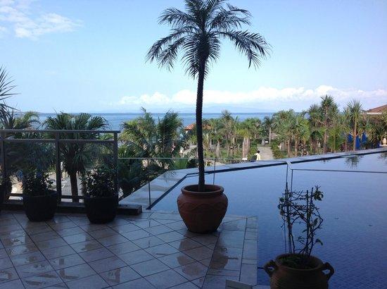 Grandvrio Resort Ishigakijima Grandvrio Garden: ロビーフロアからの眺め、竹富島が見えます