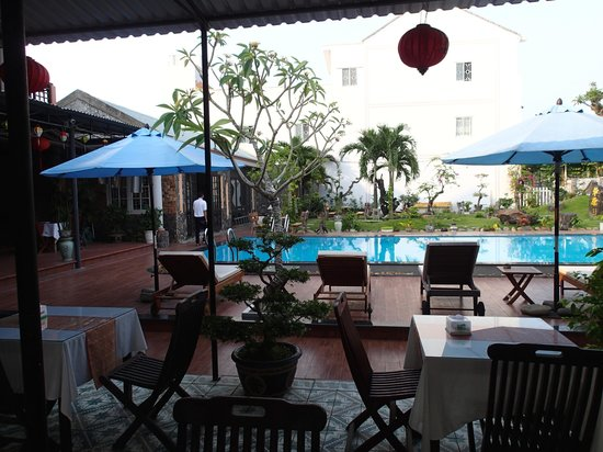 Grassland Hotel: Nice view over pool while eating breakfast :)