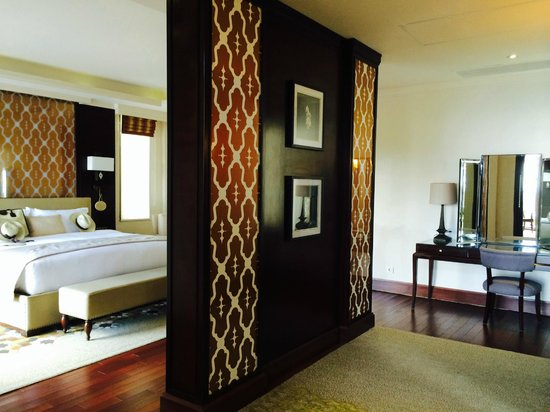 Samabe Bali Suites & Villas: Bedroom with dressing table