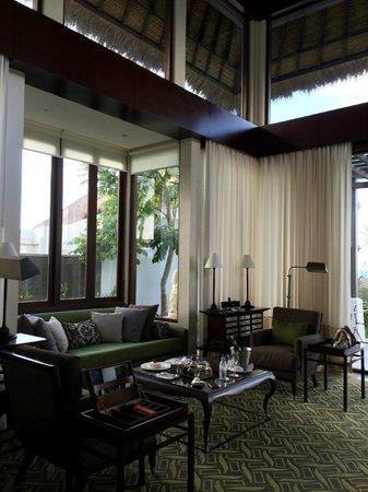 Samabe Bali Suites & Villas: Living room in pool villa
