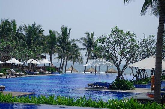 Vinpearl Da Nang Resort & Villas : Pool and grounds.