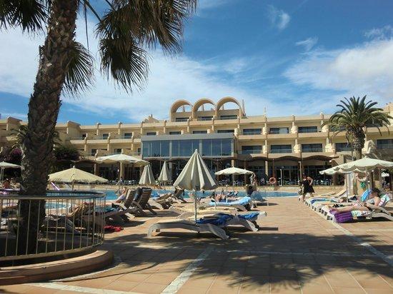 SBH Taro Beach : vue du bout du solarium de la piscine