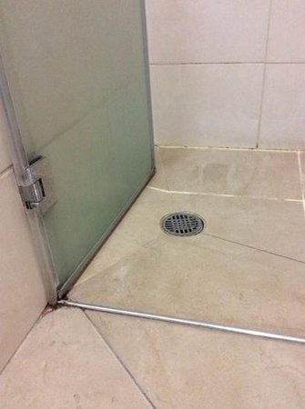 City Center Jerusalem : shower in room 45. looks like as it never got cleaned