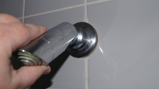 Oaks Embassy Apartment Hotel: Shower head moved around, terrible shower for water