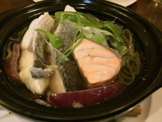 Restaurant Kiku: メイン.鯛,スズキ,鮭入りの茶そば.なんと生姜がたっぷり効いた出し汁.
