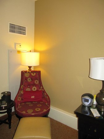 Crowne Plaza Hotel Astor-New Orleans: Armchair in room