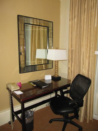 Crowne Plaza Hotel Astor-New Orleans: Working desk in the room