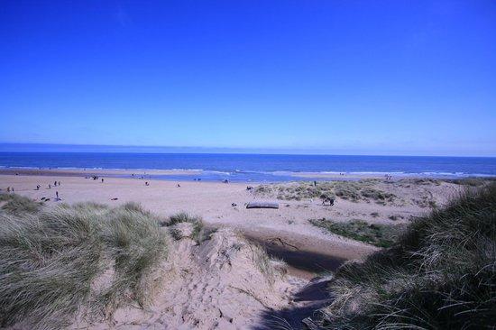 Balmedie Beach : Blue sea and blue sky