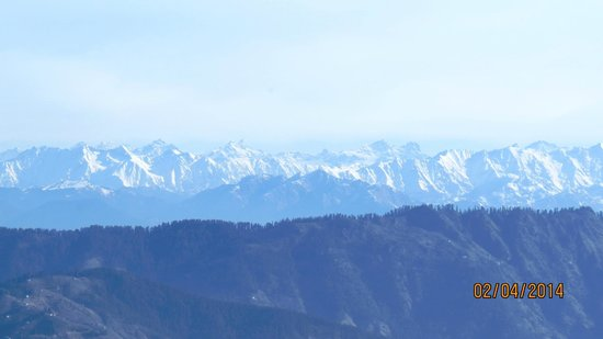 The Apple Blossom: View of snow peaks of Manali from hotel lawns