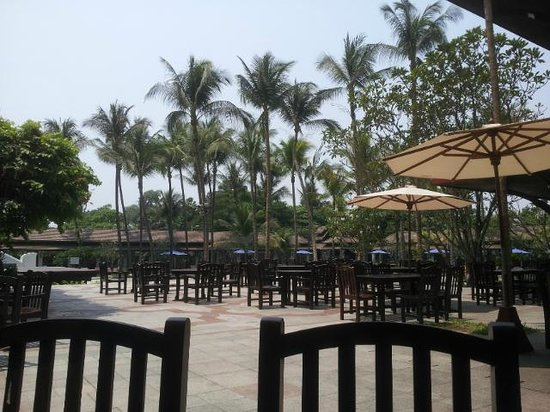 Chatrium Hotel Royal Lake Yangon: View out of the pool-side restaurant