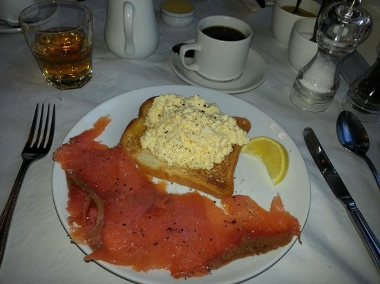 Chalford House Hotel: Scrambled eggs and smoked salmon a la Chalford House breakfast.