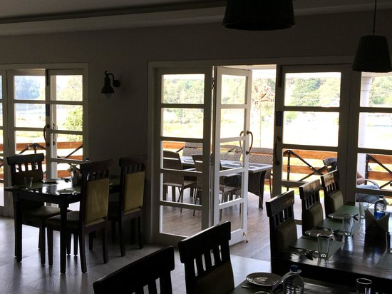 Kodai - By The Lake, A Sterling Holidays Resort: Restaurant with outdoor seating area