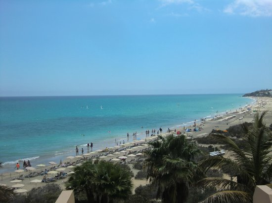 SBH Taro Beach : la plage vue du bord du solarium de la piscine