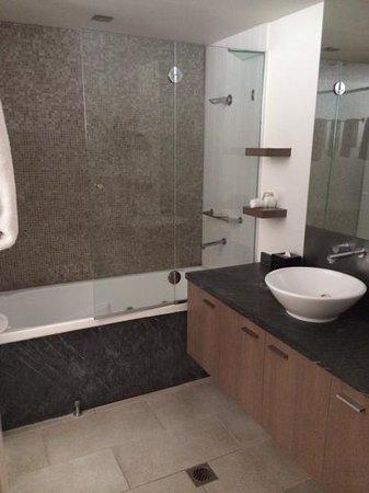 Pullman Palm Cove Sea Temple Resort & Spa: bathroom