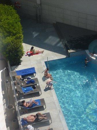Hotel SB Icaria Barcelona: La piscine de l'hôtel sous le soleil du mois d'avril