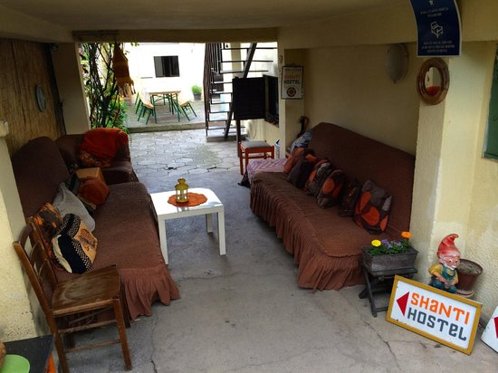 Shanti Hostel: The entry way/an outdoor common room? (garden in behind)