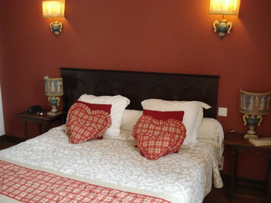 Le Grand Hotel de l'Abbaye : Medieval decor in the bedroom.