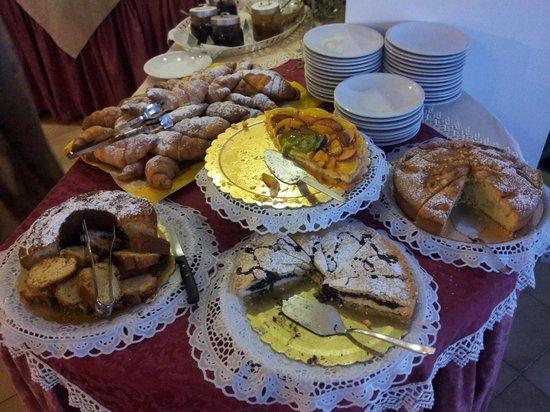 Hotel Ginevra: Torte fatte ogni mattina dalla Sig.ra Serenella....