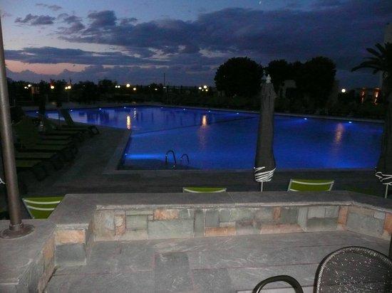 SunConnect Marina Beach : piscine principale éclairé
