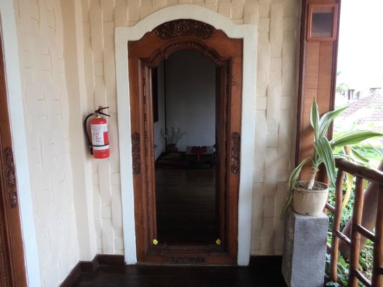 Junjungan Ubud Hotel and Spa: Doorway to our room