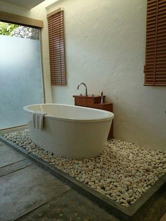 Metadee Resort and Villas : Spacious bathroom with huge bathroom.