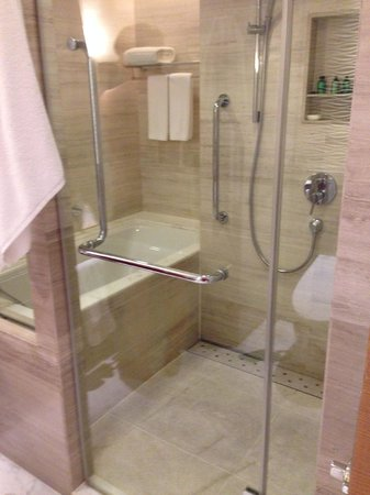 Kerry Hotel Beijing : Shower and soak tub in same enclosed area