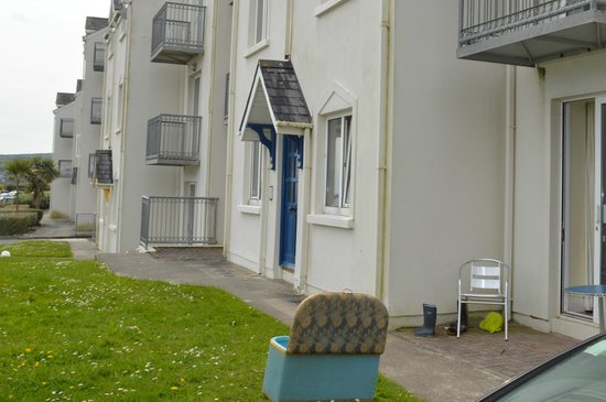 Inchydoney Island Lodge & Spa : Grubby outside apartments 1 star